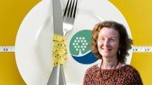 דר' רחל בכנר העומדת בראש IADA - העמותה הישראלית למניעה, טיפול ומחקר בהפרעות אכילה | רקע: כרזת הכנס השנתי למניעה ולטיפול בהפרעות אכילה 2018 במרכז האקדמי רופין | צילום: אלכס ימפולסקי